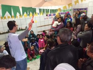 Dr. Carlos dá palestra aos pais e crianças sobre cuidados com a saúde bucal