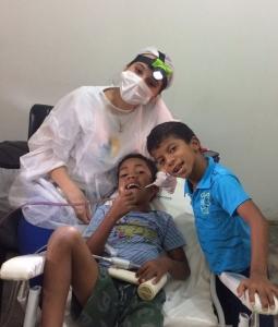 Dra. Isabella Louzada, coordenando a equipe odontológica e atendendo crianças na comunidade de Canudos-BA.