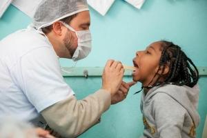 Dr. Wolber realiza exame clínico e triagem para os atendimentos no Jd. Capela.